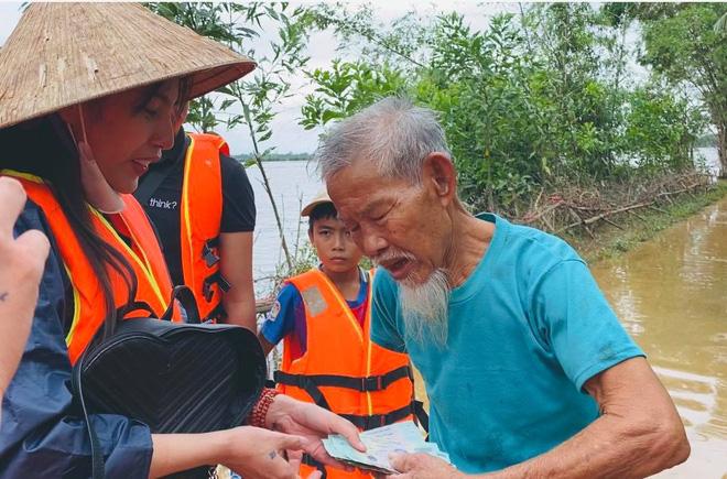 Thuỷ Tiên tiết lộ tình trạng mối quan hệ hiện tại với Công Vinh và bé Gạo sau khi tự ý một mình ra miền Trung để làm từ thiện