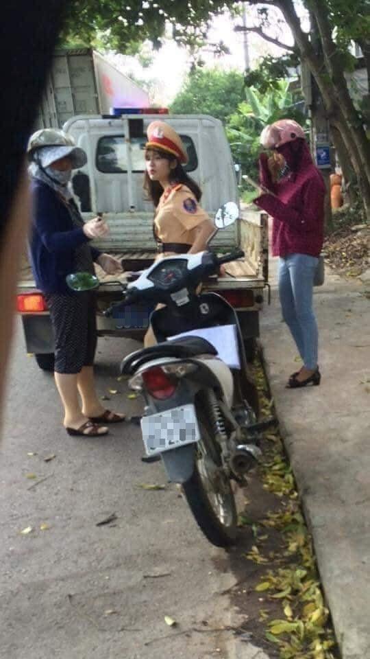 Nam thanh niên bị CSCĐ dừng xe xử phạt nhưng mặt mũi vẫn tươi cười vui vẻ gây tranh cãi