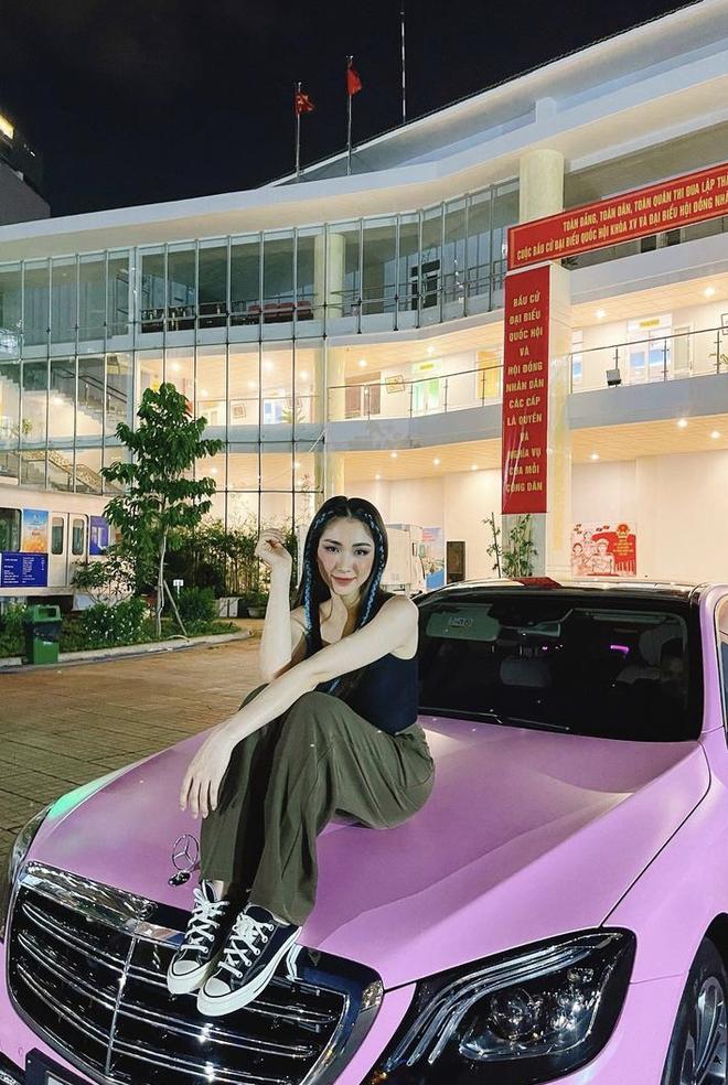 Hòa Minzy khoe siêu xe tiền tỷ màu tím lịm vừa tậu, còn huênh hoang: Ai thấy xe trên đường thì vẫy chào cái nhé