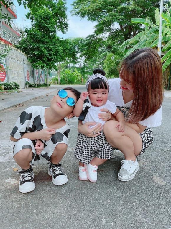 Cười ngất với biểu cảm quay ngoắt 180 độ của con gái Mạc Văn Khoa khi chụp cùng bố và khi chụp với mẹ